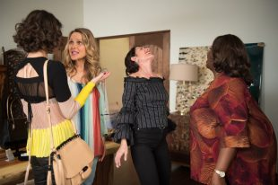 """GIRLFRIENDS' GUIDE TO DIVORCE -- """"Rule #930: Plan For New Plans"""" Episode 405 -- Pictured: (l-r) Beau Garrett as Phoebe, Lisa Edelstein as Abby McCarthy, Retta as Barbara -- (Photo by: Diyah Pera/Bravo)"""
