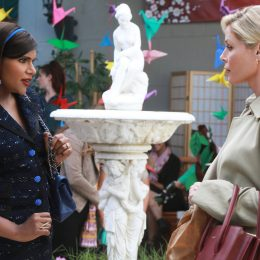 "THE MINDY PROJECT -- ""LeoÕs Girlfriend"" Episode 604 --Mindy goes toe to toe with a cliquey mom (Julie Bowen) at LeoÕs school. Meanwhile, Tamra fends off the advances of an ex she never thought sheÕd backslide with. Dr. Mindy Lahiri (Mindy Kaling) and Julie Bowen, shown. (Photo by: Jordin Althaus/Hulu)"